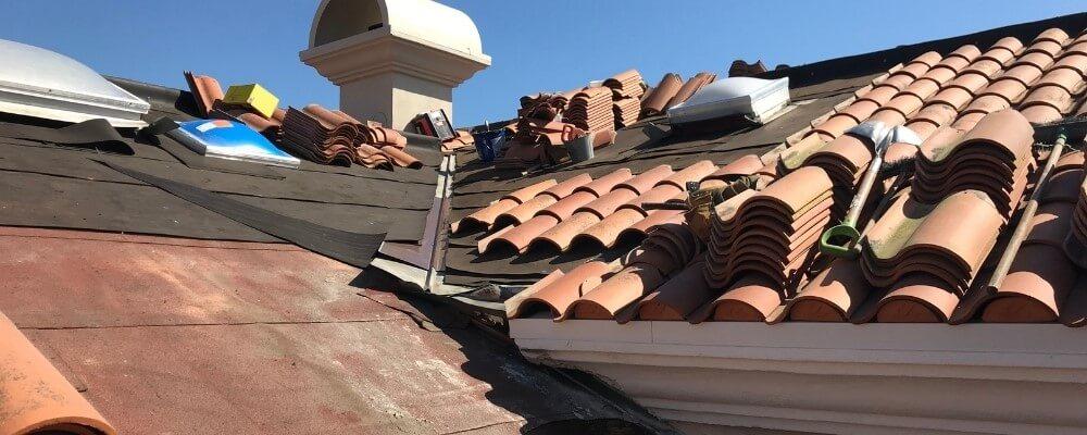 תיקון נזילות בגג רעפים אבי אינסטלציה אינסטלטור