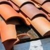 <h3>תיקון נזילות בגג רעפים – אל תחכו שהגג ייהרס</h3>
